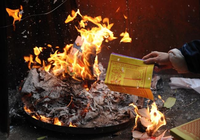 Văn khấn bài cúng khi đốt vàng mã