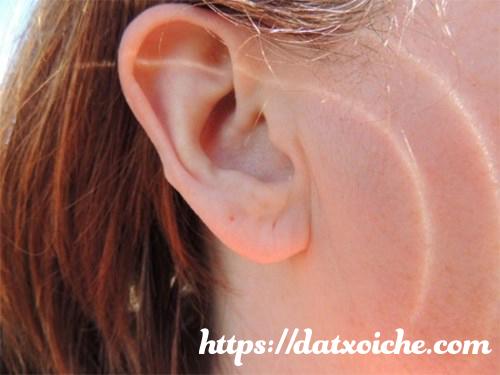 Hiện tượng nóng tai trái tiết lộ những điềm báo gì?