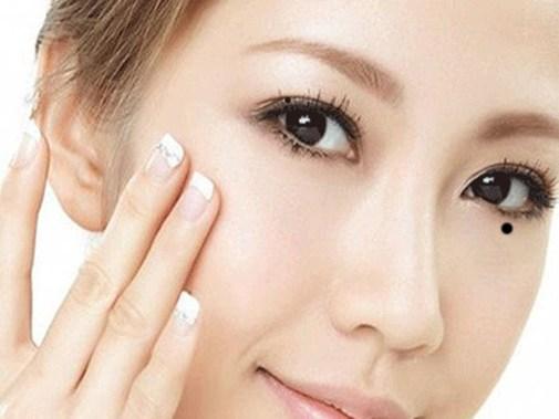 Nốt ruồi dưới mắt phải của phụ nữ có ý nghĩa gì